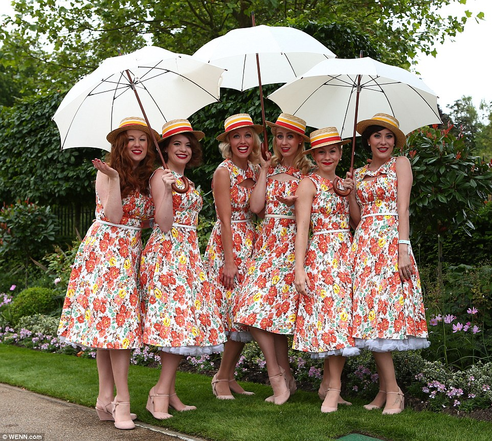 Royal Ascot 2015. - Página 6 29CDC6F700000578-3132674-All_smiles_A_vibrantly_dressed_female_group_of_racegoers_pose_fo-a-1_1434816240341