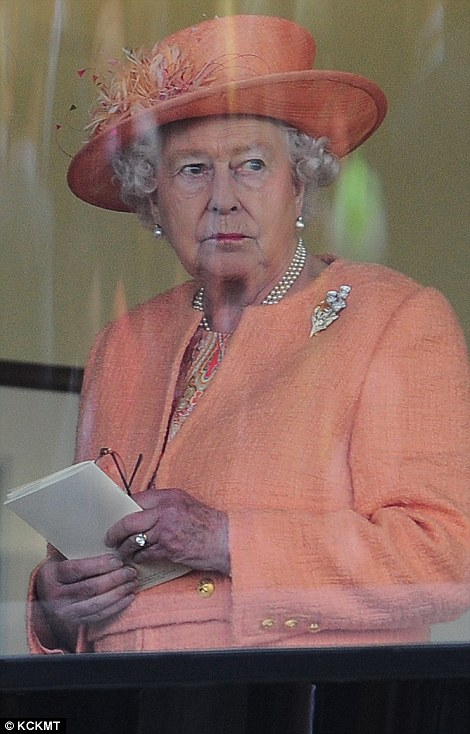 Royal Ascot 2015. - Página 6 29CF23F400000578-3132674-The_Queen_took_in_the_action_from_a_royal_box-m-44_1434818415087
