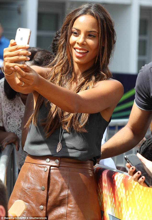 Programa (Rochelle) >> Xtra Factor 2A9FD25600000578-3165413-Let_me_take_a_selfie_While_it_s_been_non_stop_for_Rochelle_it_s_-a-36_1437148732809