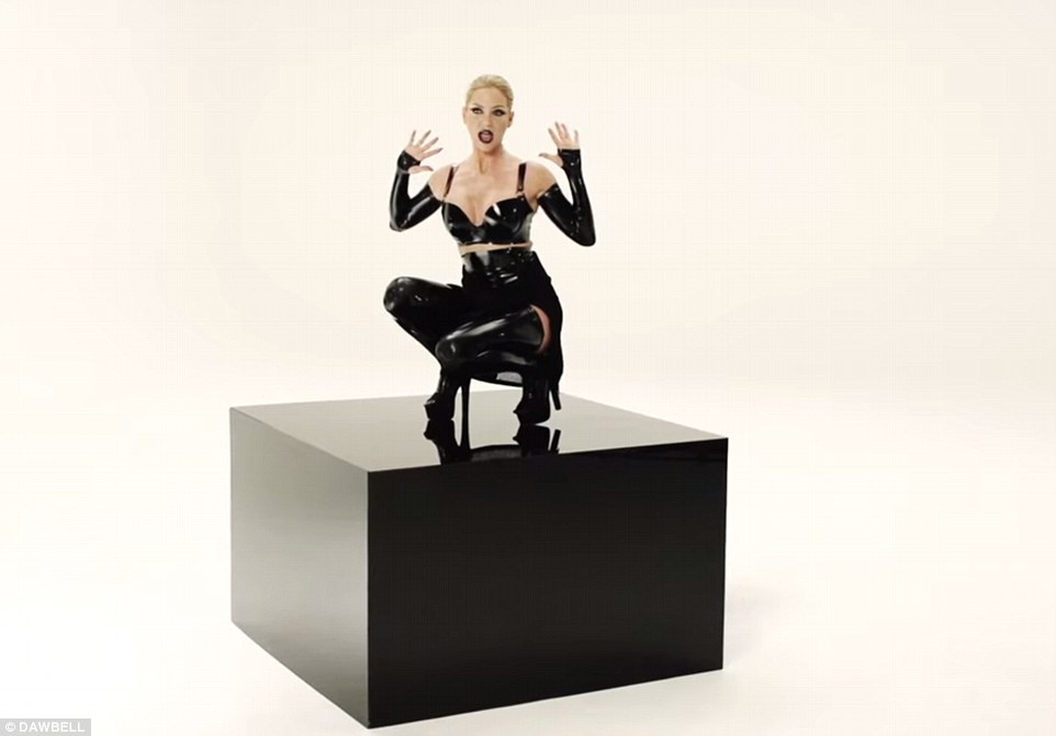 """Sarah Harding > single debut """"Threads"""" - Página 2 2AC805AE00000578-3173189-Sarah_has_decided_to_show_her_inner_rock_chick_and_dons_a_domina-a-53_1437739312296"""
