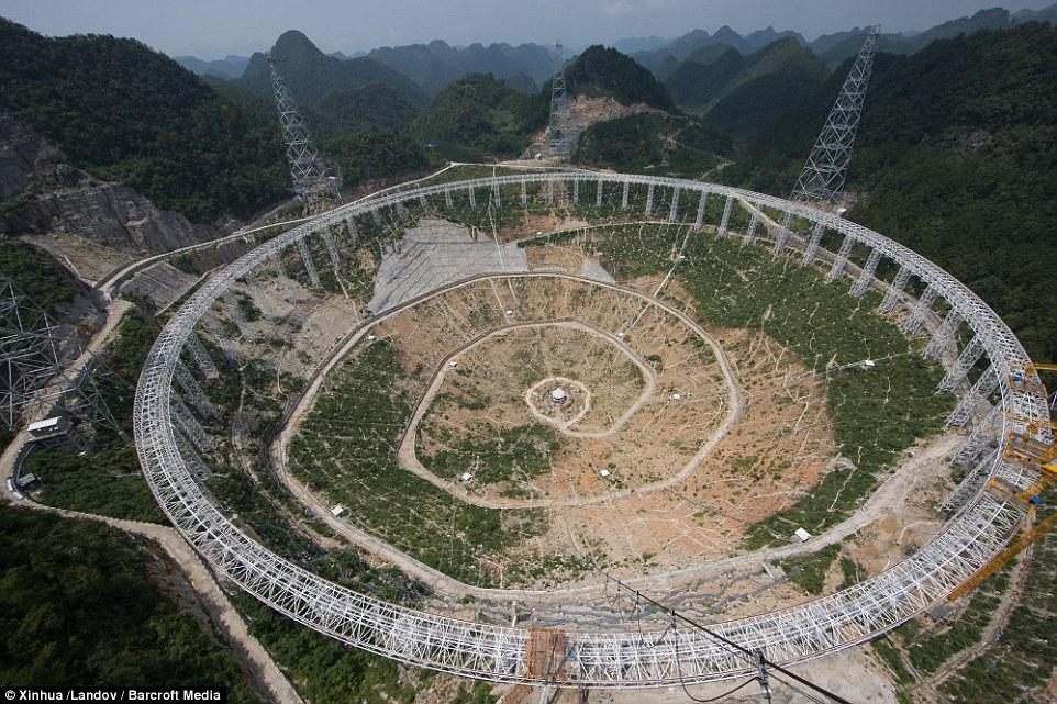 Die Erde, in der wir leben und der Raum, der die Welt ist - Seite 24 2AE882E900000578-3177487-Gigantic_radio_telescope_Scientists_told_local_residences_that_t-a-3_1438103214379
