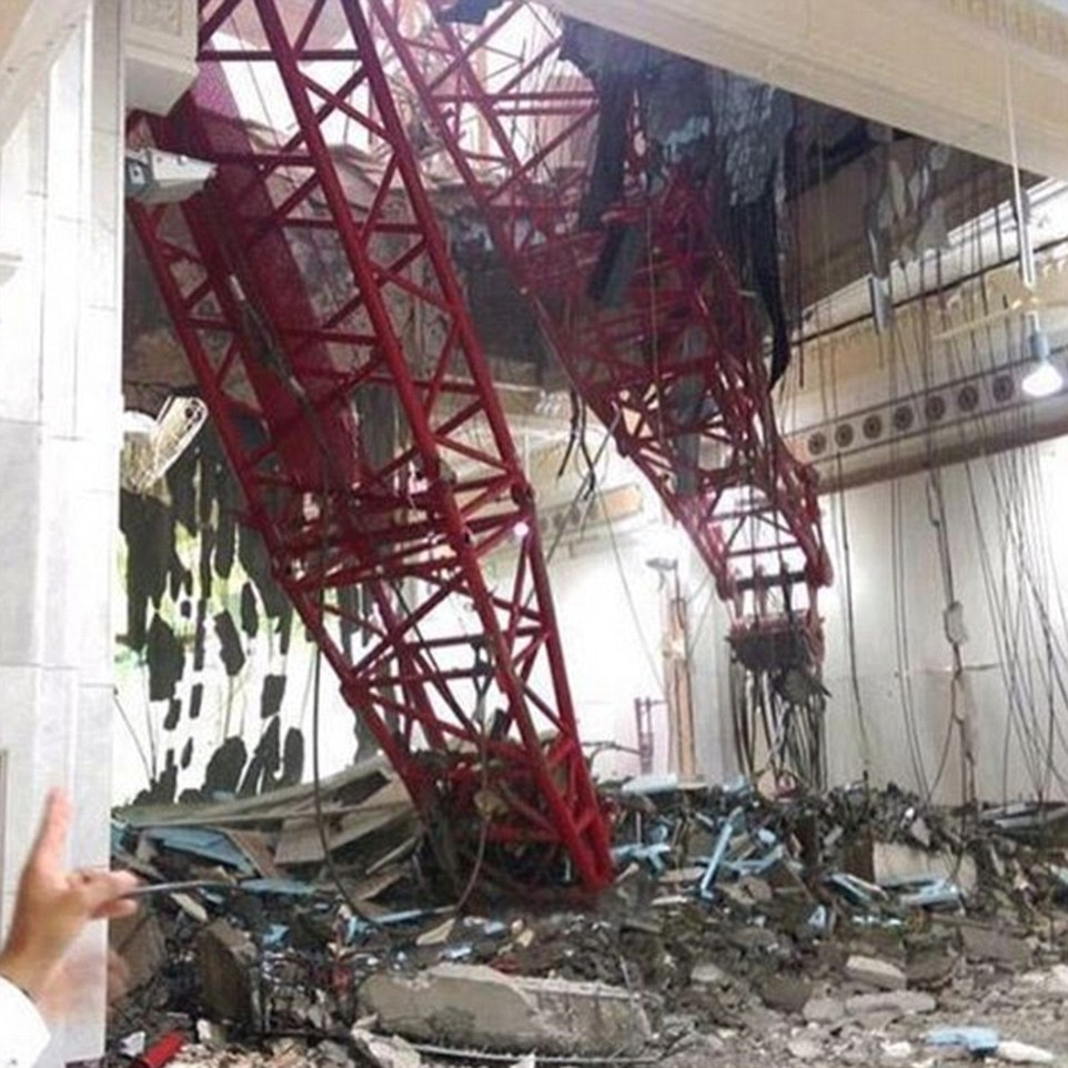 الدفاع المدني السعودي: 65 قتيلاً في حادث رافعة الحرم وتسجيل 154 إصابة 2C31949F00000578-3231117-At_least_62_people_were_killed_and_30_injured_when_a_crane_crash-a-37_1441993106102