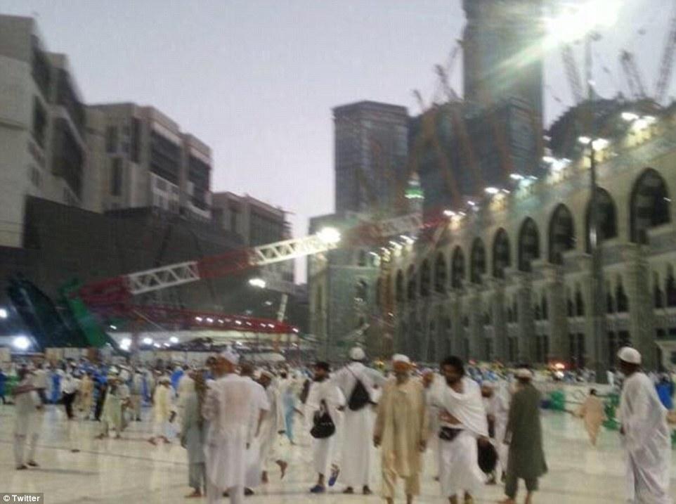 الدفاع المدني السعودي: 65 قتيلاً في حادث رافعة الحرم وتسجيل 154 إصابة 2C31B11300000578-3231117-image-a-46_1441993585925