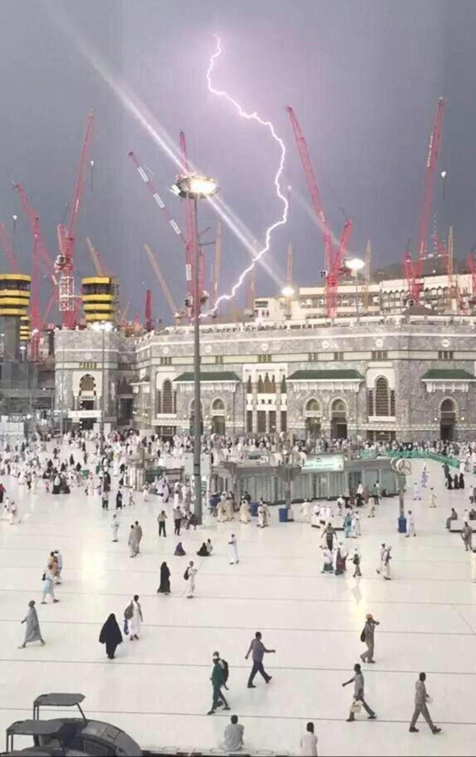 الدفاع المدني السعودي: 65 قتيلاً في حادث رافعة الحرم وتسجيل 154 إصابة 2C31B11700000578-3231117-A_picture_captures_the_moment_that_the_fatal_crane_was_struck_by-a-42_1441993106448