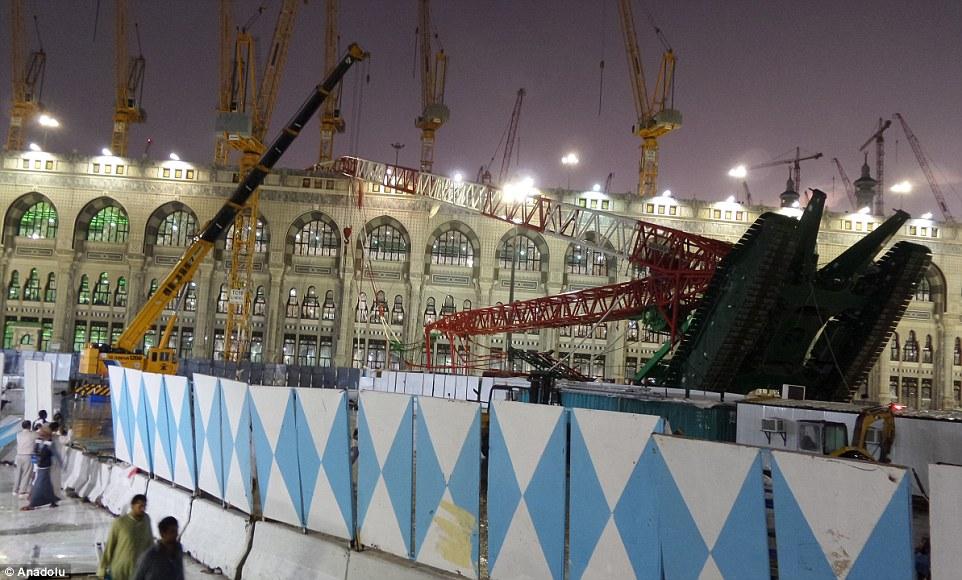 الدفاع المدني السعودي: 65 قتيلاً في حادث رافعة الحرم وتسجيل 154 إصابة 2C31E1BB00000578-3231117-image-m-67_1441995408351