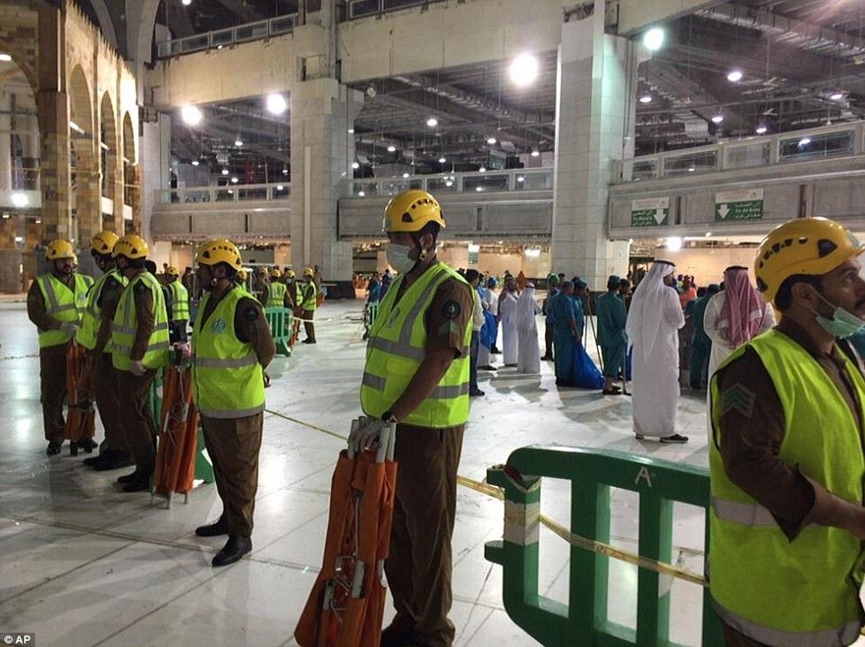 الدفاع المدني السعودي: 65 قتيلاً في حادث رافعة الحرم وتسجيل 154 إصابة 2C320F2000000578-3231117-image-a-88_1441998733118