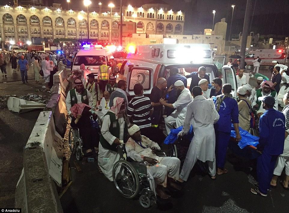 الدفاع المدني السعودي: 65 قتيلاً في حادث رافعة الحرم وتسجيل 154 إصابة 2C32114700000578-3231117-image-m-98_1441999234764