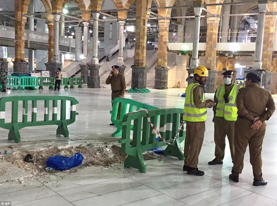 الدفاع المدني السعودي: 65 قتيلاً في حادث رافعة الحرم وتسجيل 154 إصابة 2C32142A00000578-3231117-image-a-100_1441999440362