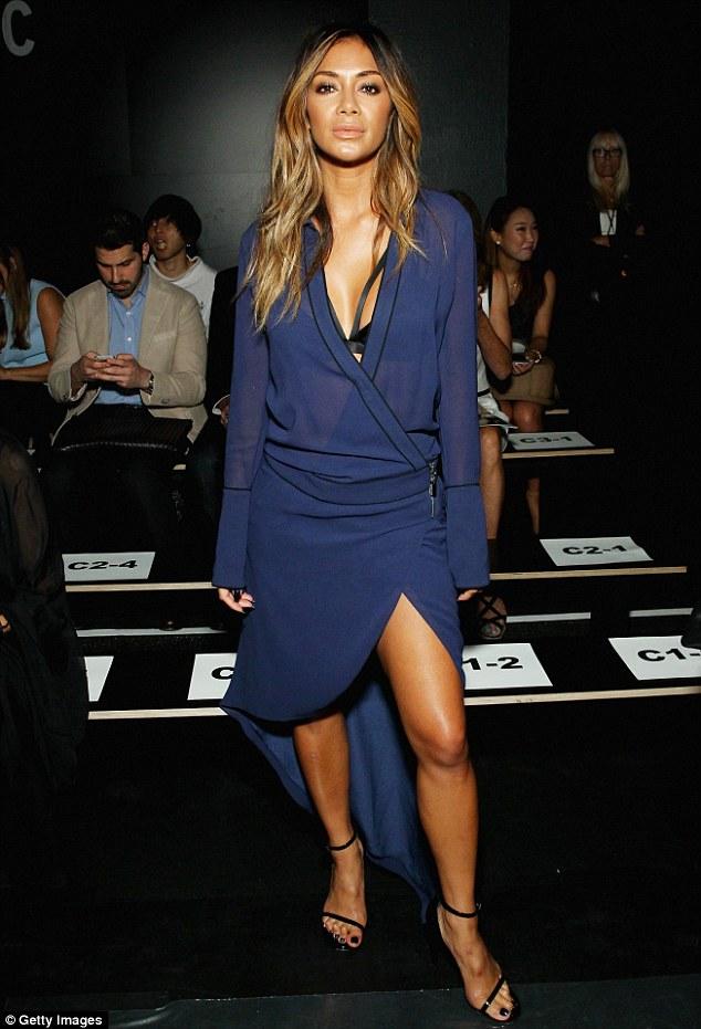 Nicole Scherzinger >> Candids/Apariciones/Shoots - Página 11 2C64676100000578-3237391-Beauty_in_blue_Nicole_Scherzinger_attended_the_Thomas_Wylde_Spri-m-217_1442434124392