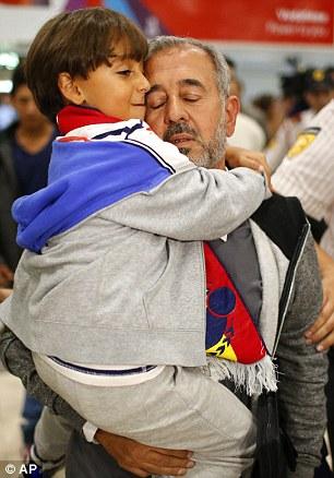 Symbolik rund um die Willkommenskultur 2C64C1F200000578-3237124-Osama_Abdul_Mohsen_has_arrived_in_Barcelona_ready_to_start_his_n-m-14_1442435060083