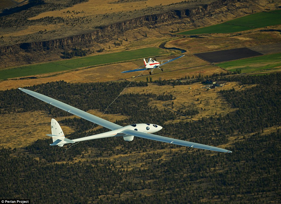 Actualités Airbus - Page 4 2CB7C4CE00000578-3247707-The_Perlan_2_glider_is_the_world_s_first_engineless_aircraft_des-a-103_1443108906882