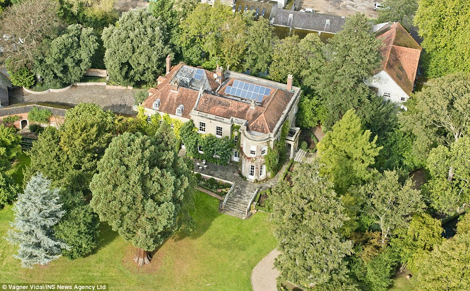 George Clooney's house in England - Page 4 2CD23A8A00000578-0-image-a-93_1443369815240