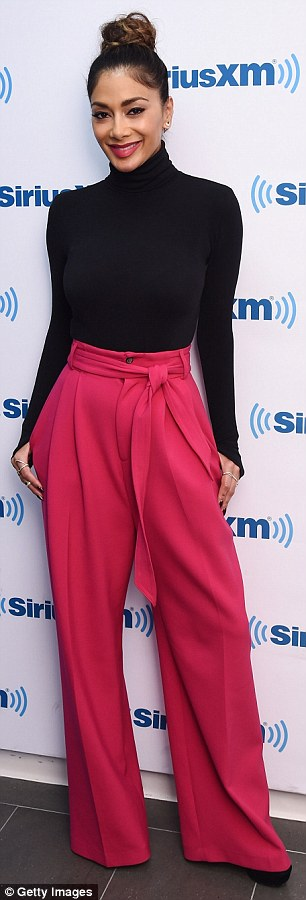 Nicole Scherzinger >> Candids/Apariciones/Shoots - Página 11 2D723FC800000578-3274723-image-m-44_1444938912929