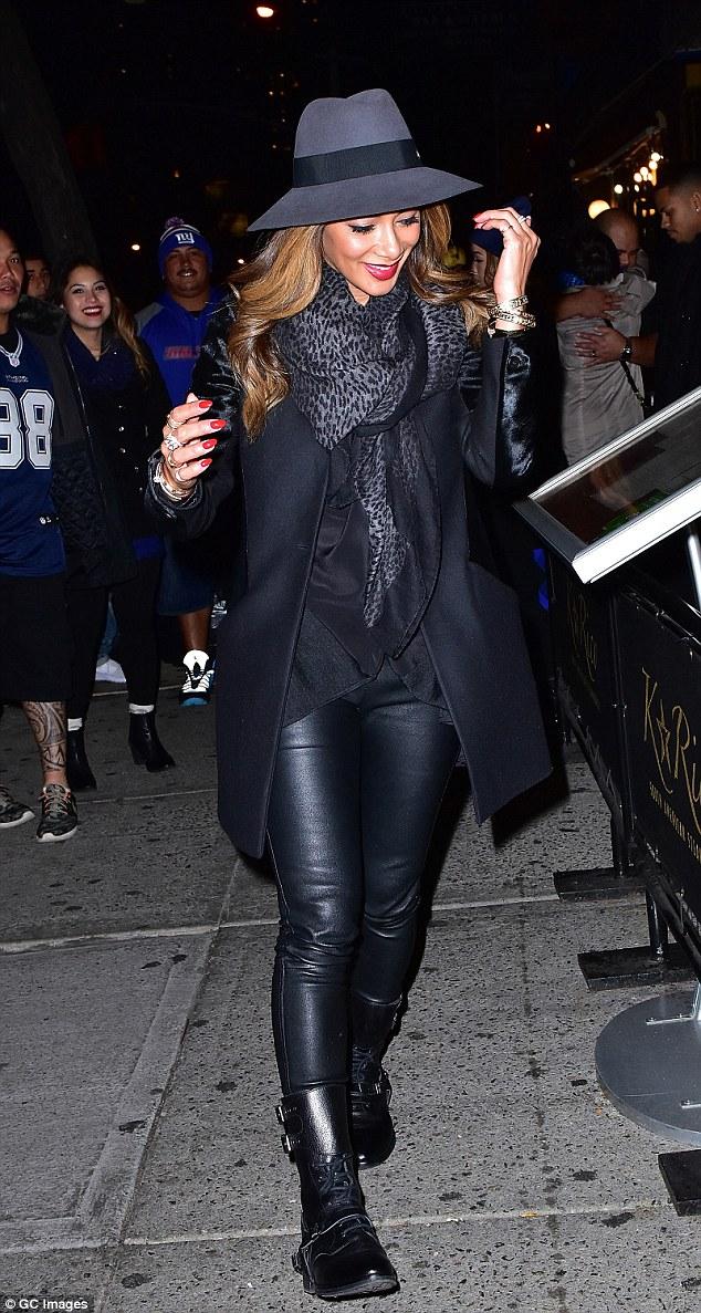 Nicole Scherzinger >> Candids/Apariciones/Shoots - Página 11 2DCC02BD00000578-0-image-m-71_1445856940743