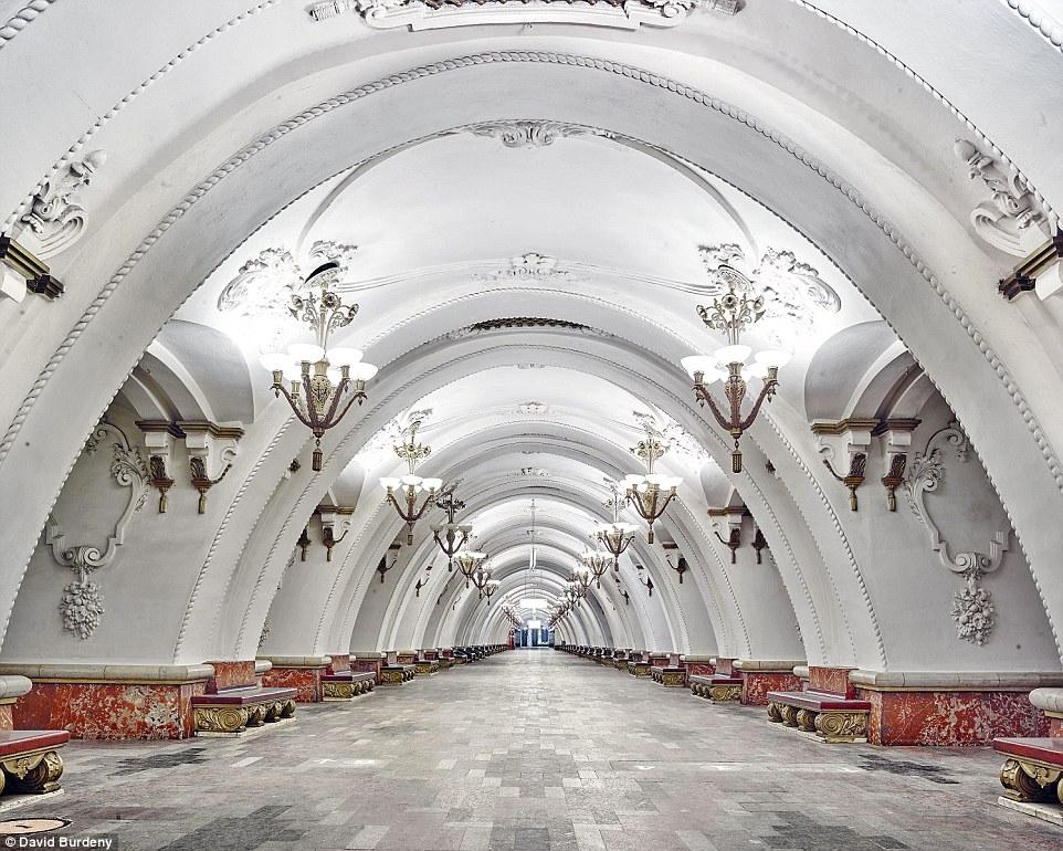 El arte en Rusia. - Página 2 2DD84DF700000578-3293287-Instead_of_cramped_walkways_with_adverts_the_Arbatskaya_Metro_St-a-60_1446030696957