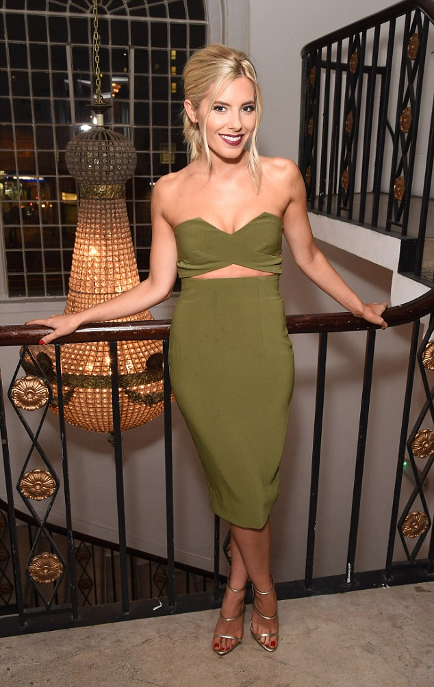 Saturday >> Mollie King - Página 25 2E1424A100000578-0-image-a-147_1446594396917
