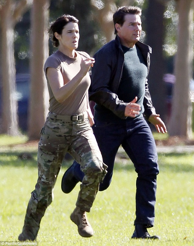 ¿Cuánto mide Cobie Smulders? 2E9D374100000578-3326165-On_the_run_Tom_Cruise_and_Cobie_Smulders_sprinted_side_by_side_t-m-121_1447970913250