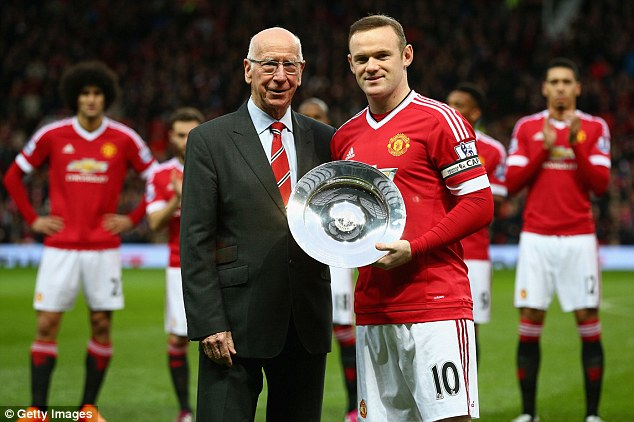 ¿Cuánto mide Bobby Charlton? - Altura - Real height 2F8230D800000578-0-image-a-67_1450546352996