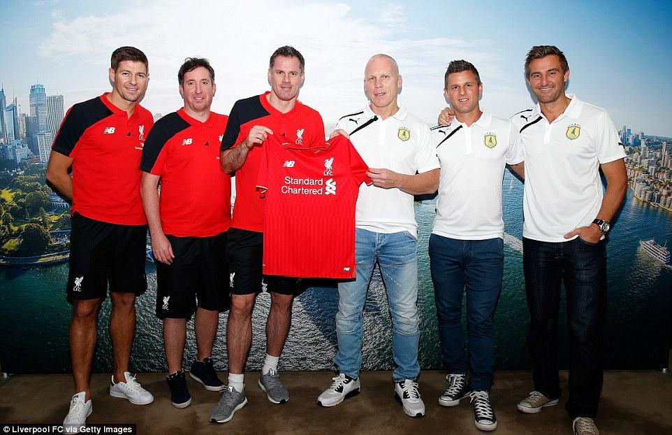 ¿Cuánto mide Steven Gerrard? - Real height 2FD3D3DA00000578-3386349-_left_to_right_Gerrard_Fowler_and_Carragher_with_Australia_s_Sla-a-52_1452077786725