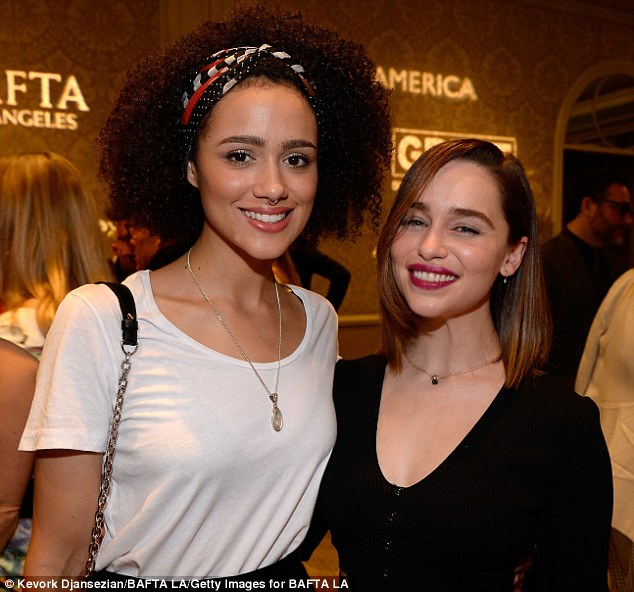 ¿Cuánto mide Emilia Clarke? - Real height 2FF6D30300000578-3392255-image-a-39_1452393175674