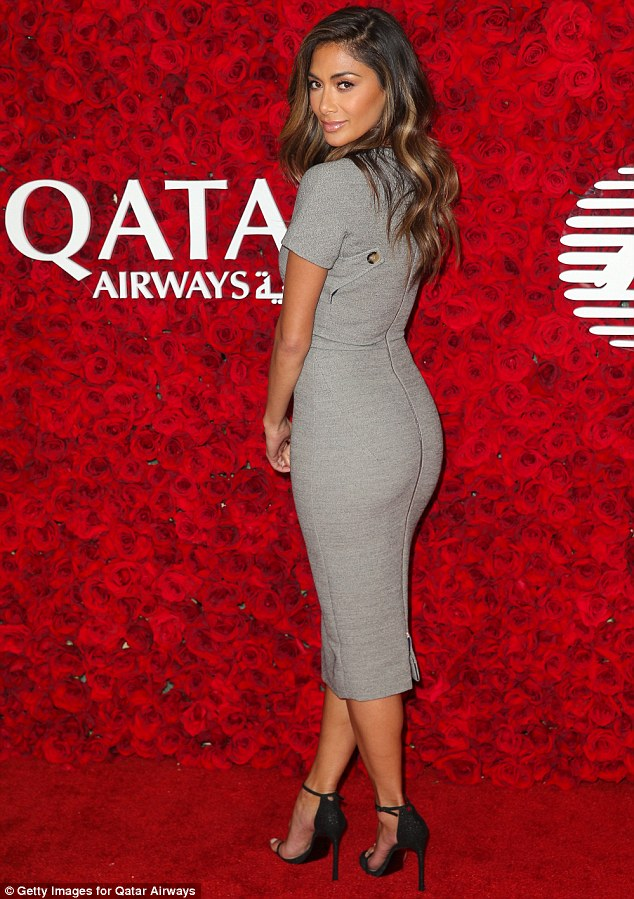 Nicole Scherzinger >> Candids/Apariciones/Shoots - Página 12 301EF74300000578-0-Slipping_into_a_form_fitting_grey_dress_for_the_event_held_at_th-m-86_1452683017079