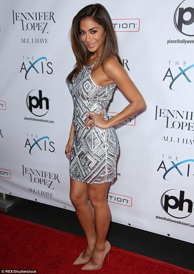 Nicole Scherzinger >> Candids/Apariciones/Shoots - Página 12 30692D7E00000578-3409597-Dazzling_The_37_year_showed_off_her_toned_legs_and_svelte_frame_-m-93_1453356047795