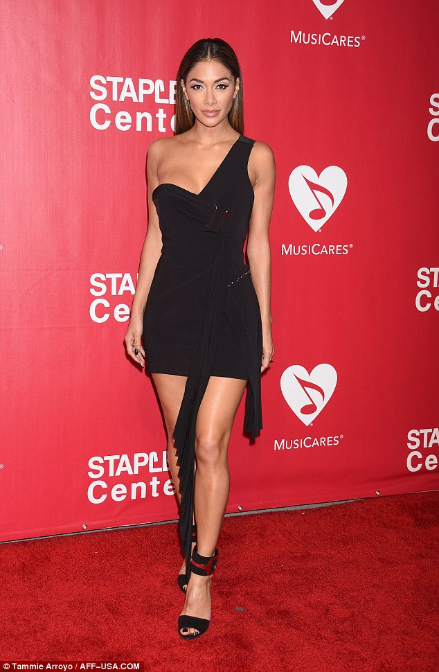 Nicole Scherzinger >> Candids/Apariciones/Shoots - Página 13 312FDEE400000578-0-image-a-14_1455449561787
