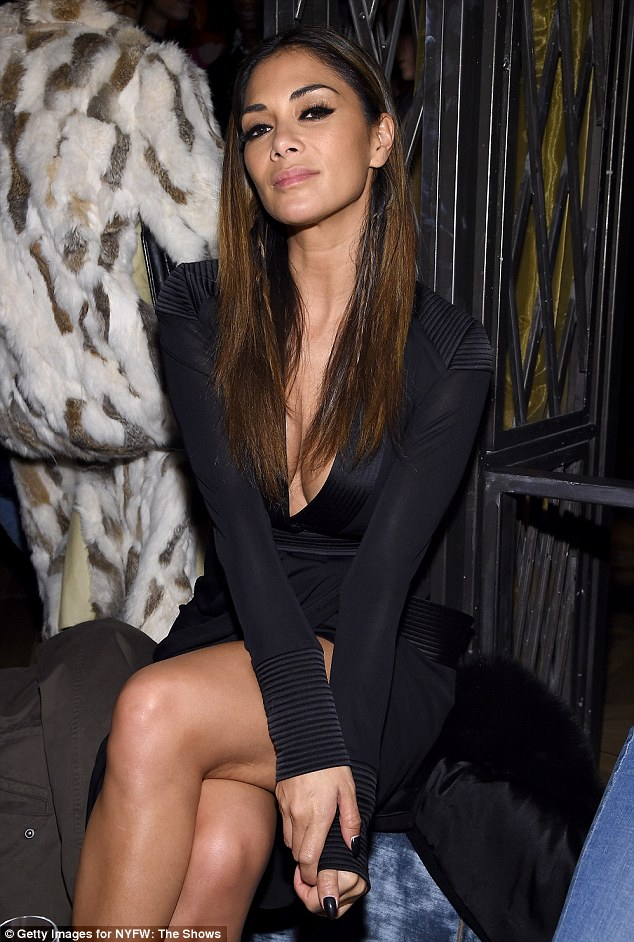 Nicole Scherzinger >> Candids/Apariciones/Shoots - Página 13 3141756A00000578-3449044-Picture_perfect_Nicole_wore_her_luscious_locks_sleek_and_straigh-m-41_1455616131720