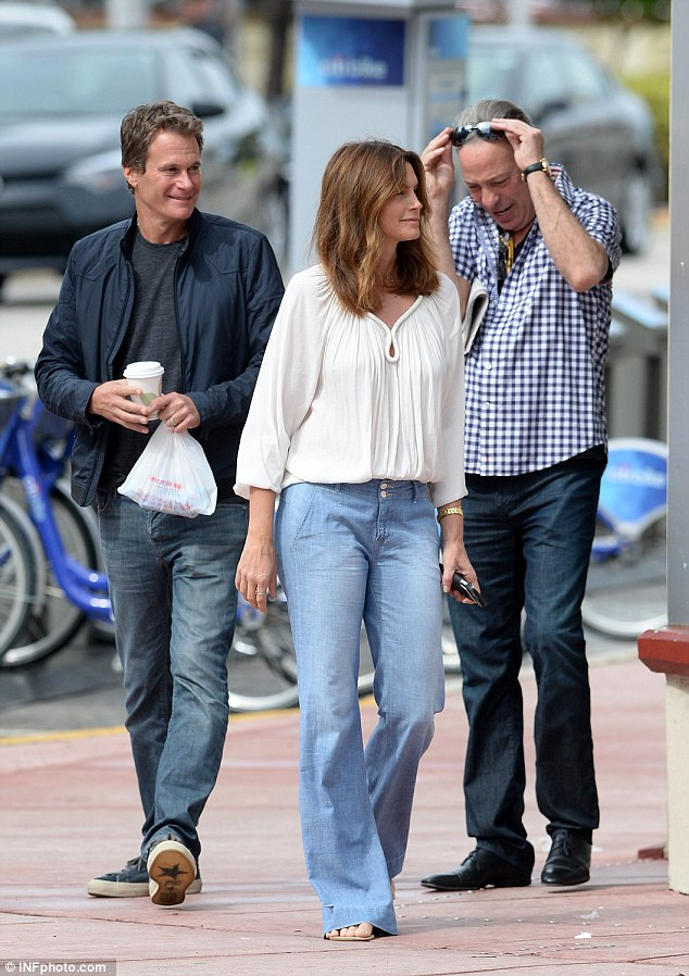 Cindy Crawford waits while husband Rande Gerber and pal George Clooney load car with tequila ahead of her 50th birthday 314AC76900000578-3450067-image-a-109_1455659794973
