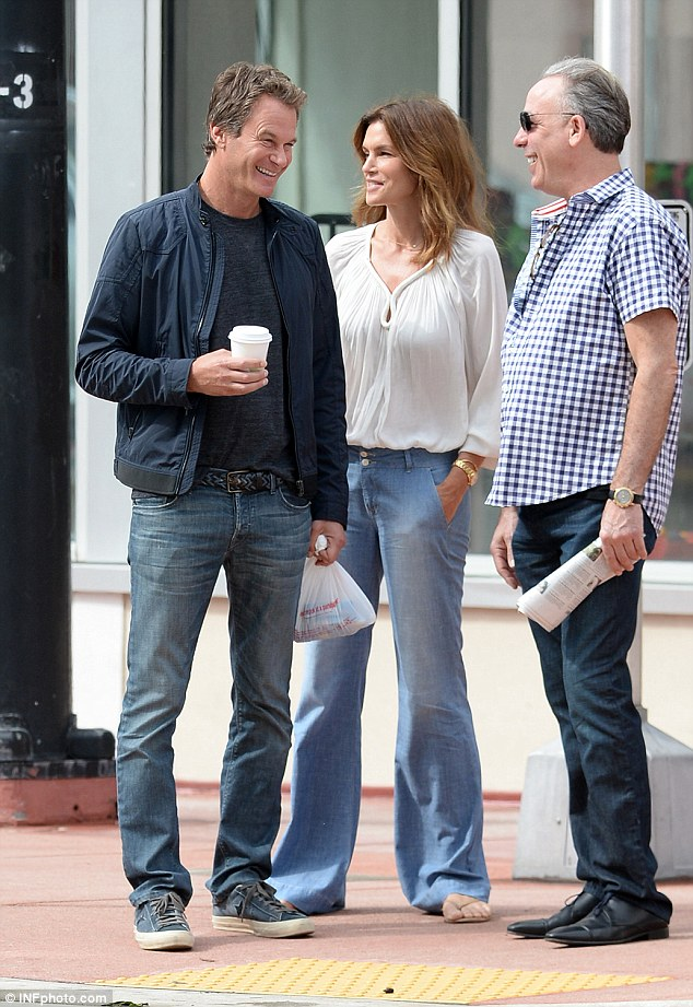 Cindy Crawford waits while husband Rande Gerber and pal George Clooney load car with tequila ahead of her 50th birthday 314AC87900000578-3450067-image-a-108_1455659780432