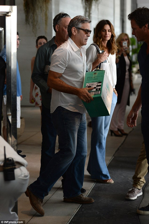 Cindy Crawford waits while husband Rande Gerber and pal George Clooney load car with tequila ahead of her 50th birthday 314ACE6C00000578-3450067-image-a-96_1455659680505