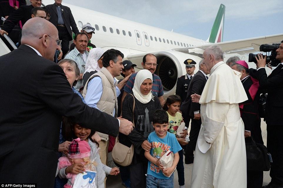 Papst Franziskus (IHS) als Führer der Weltreligion - Seite 7 333E412F00000578-3543076-image-a-153_1460819387898