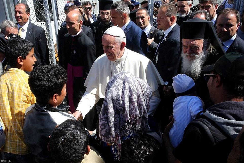 Papst Franziskus (IHS) als Führer der Weltreligion - Seite 7 333BF7F900000578-3543076-image-a-24_1460825252061
