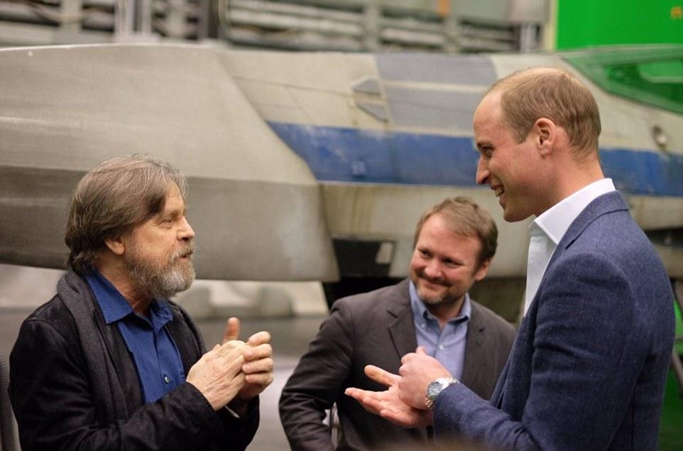 Star Wars : Les Derniers Jedi [Lucasfilm - 2017] - Page 3 335444C800000578-3547750-image-m-80_1461072457112