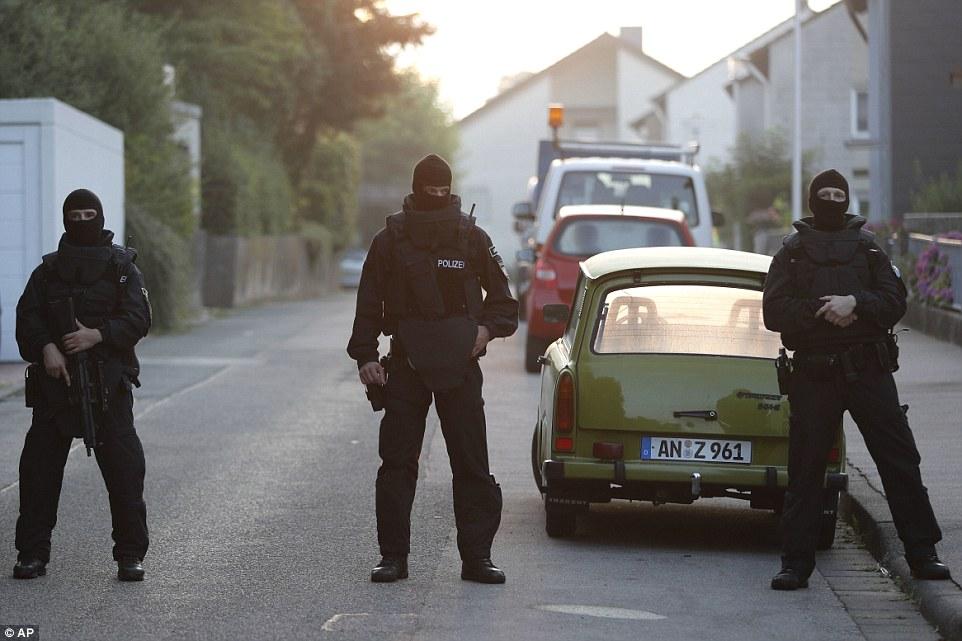 BRD under attack – Terror und Panik: München, Würzburg, Ansbach, Reutlingen - Seite 2 3691C42200000578-3706063-image-a-23_1469426318685