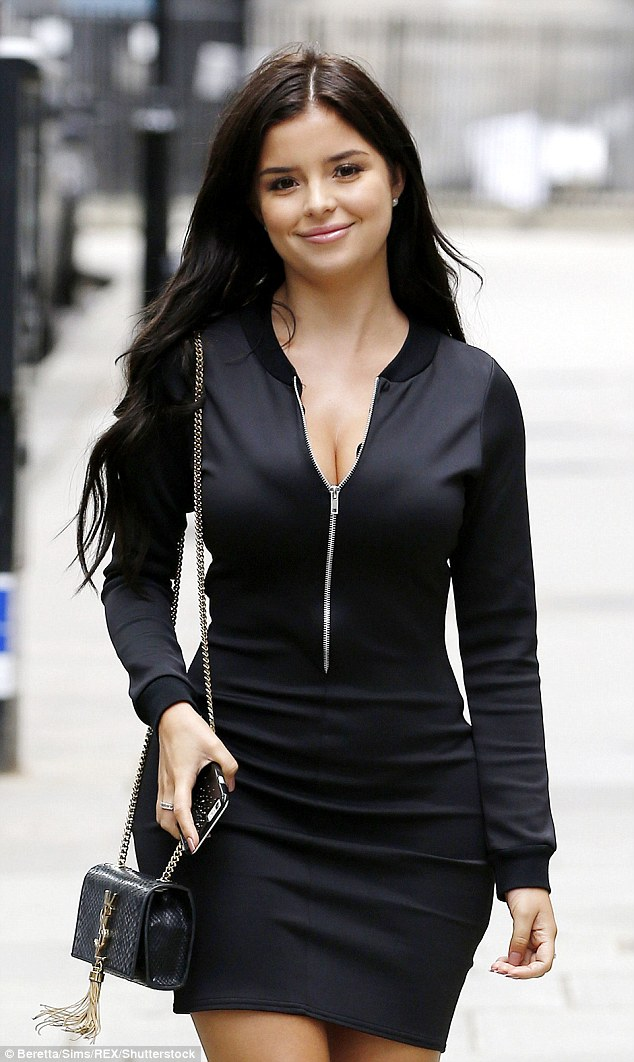 ¿Cuánto mide Demi Rose? - Real height 36A38F3E00000578-3711062-Pretty_as_a_picture_The_raven_haired_stunner_s_luscious_mane_flo-m-170_1469634510286
