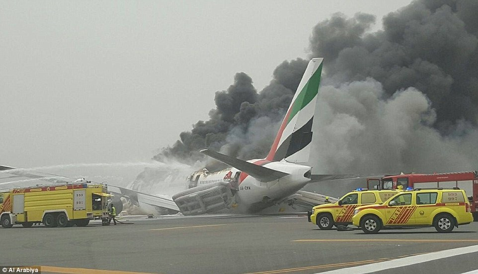 nuevos descubrimientos - Página 4 36D509C800000578-3721366-Emergency_An_Emirates_passenger_jet_has_crash_landed_at_Dubai_Ai-a-62_1470218100968