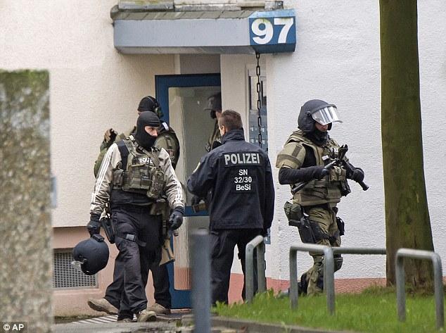 BRD under attack – Terror und Panik: München, Würzburg, Ansbach, Reutlingen - Seite 5 3938420300000578-3828333-image-a-13_1475954061502