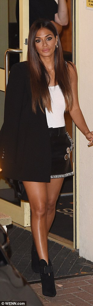 Nicole Scherzinger - Página 3 393A541E00000578-3828968-Stepping_out_The_beauty_showed_off_her_slender_pins_in_the_rock_-a-51_1475973755047
