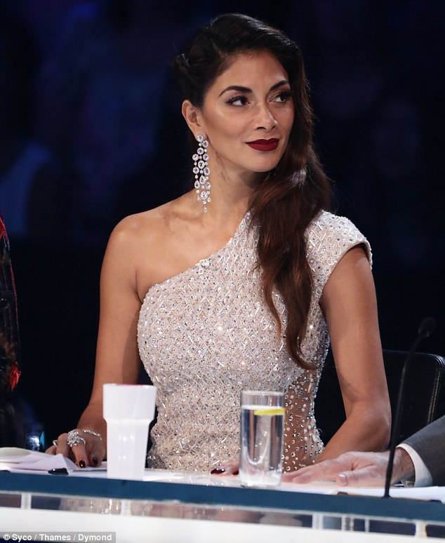 Nicole Scherzinger - Página 3 3B0260E200000578-3997836-Having_fun_The_words_East_17_appeared_to_mean_nothing_to_Nicole_-m-29_1480805820305