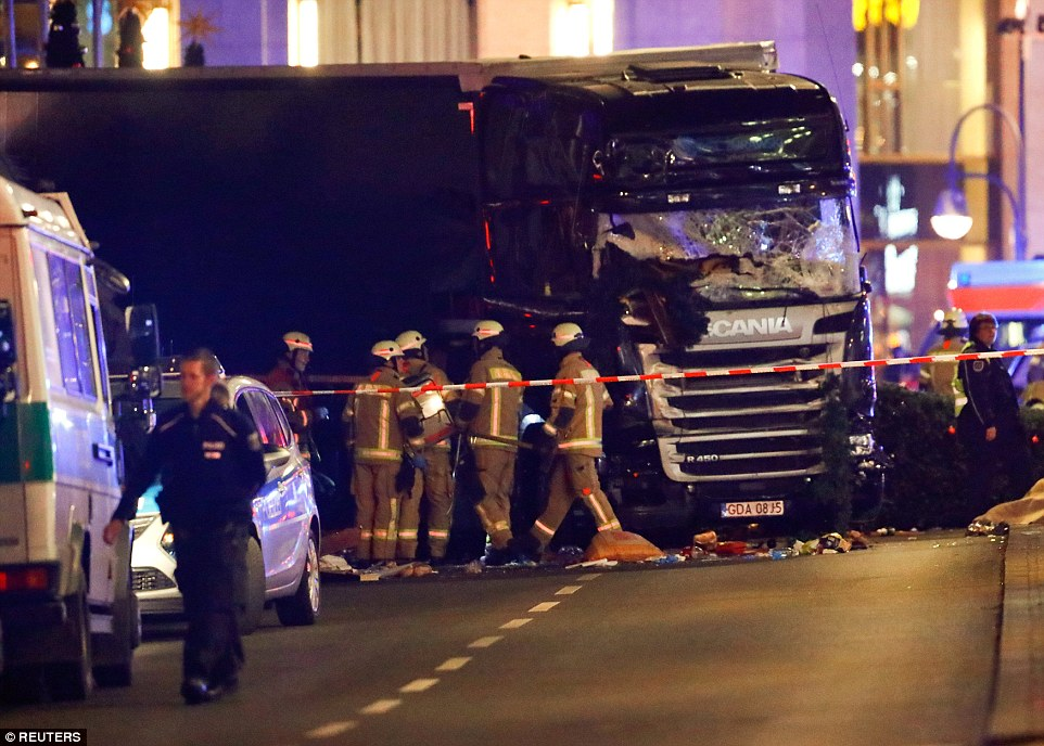 "Truck Attack – ""Anschlag"" in Berliner Weihnachtsmarkt 3B8691C300000578-4049442-The_heavy_good_vehicle_can_be_seen_clearly_damaged_and_the_drive-a-1_1482179451417"