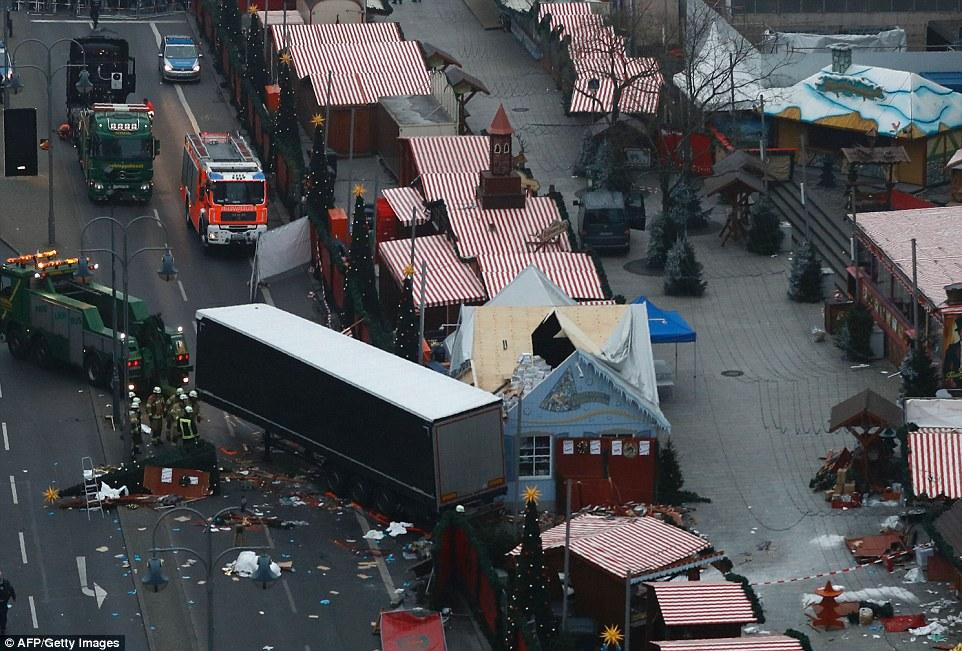 Bewaffneter Überfall auf Club in Istanbul 3B88B8FF00000578-4049442-image-a-34_1482226920243