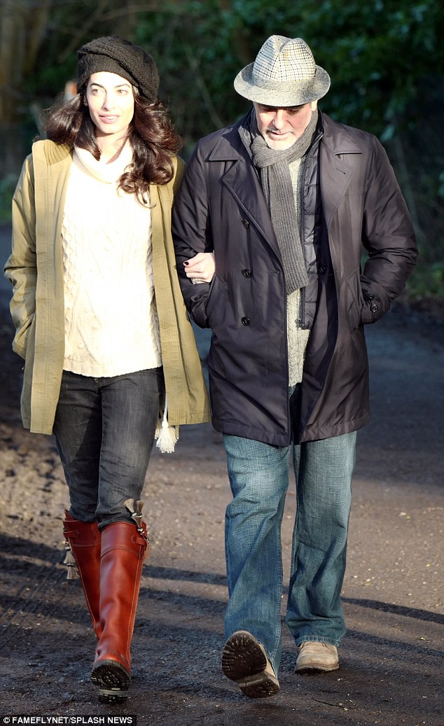 George and Amal out for a walk 3C0DB0E800000578-4110338-image-a-11_1484156457135