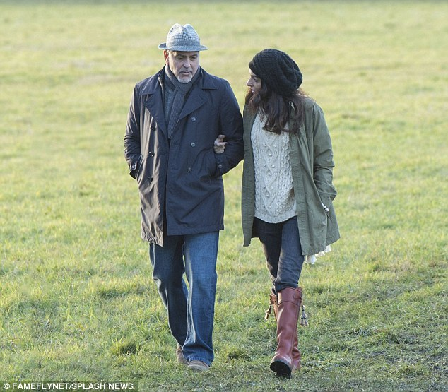 George and Amal out for a walk 3C0DB40000000578-4110338-image-a-9_1484156356325