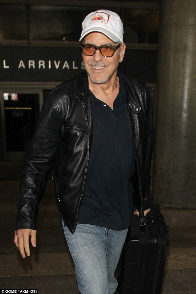 George back in L.A. 03/22/2017 3E8A390D00000578-4340716-He_s_happy_George_Clooney_55_appeared_to_be_enjoying_every_secon-a-4_1490235815234