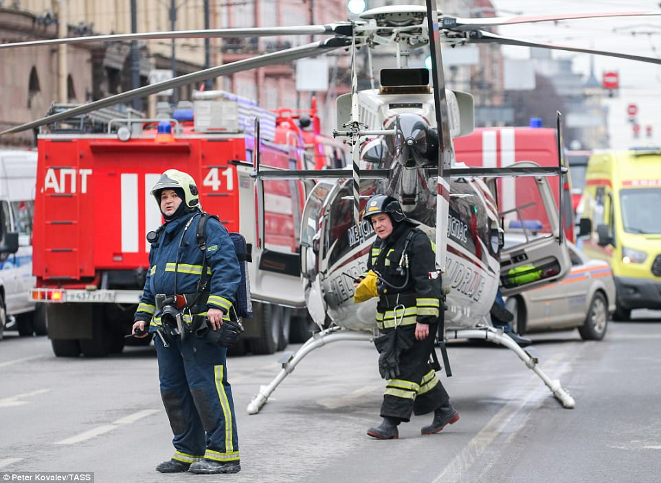 Das nächste Ritual? - Seite 8 3EE725F800000578-4375518-Firefighters_emergency_service_vehicles_and_a_helicopter_near_Te-a-10_1491243878607