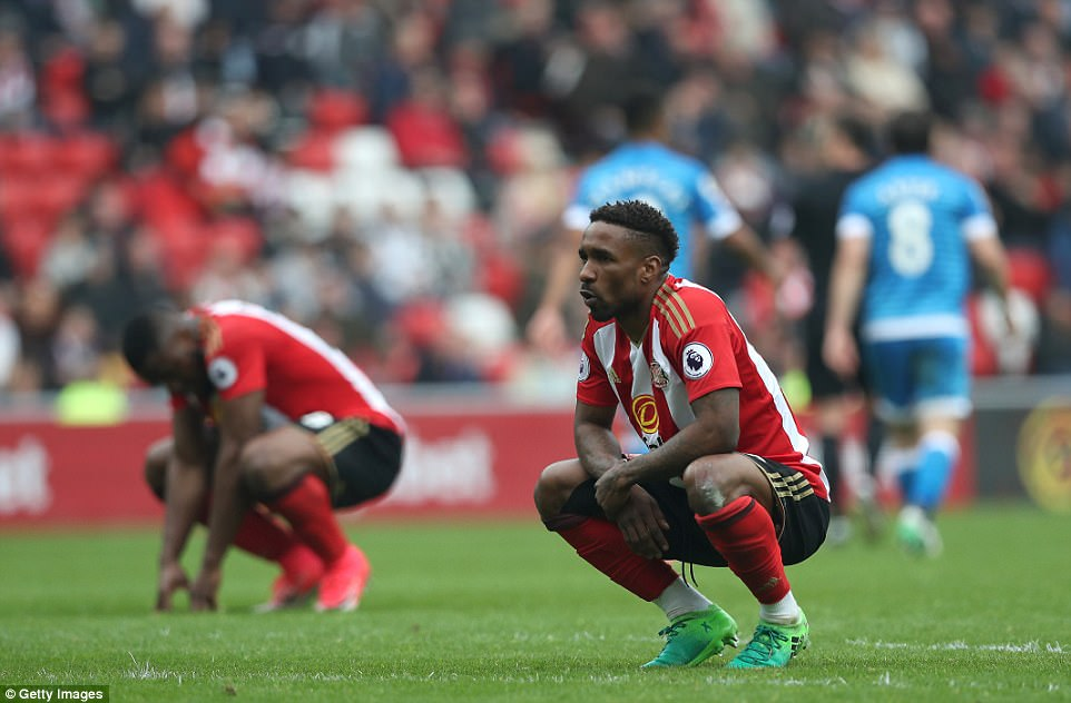 Premier League 2016/2017  3FBE50EB00000578-4458430-Defoe_crouches_on_the_turf_at_full_time_at_the_Stadium_of_Light_-a-40_1493483666476