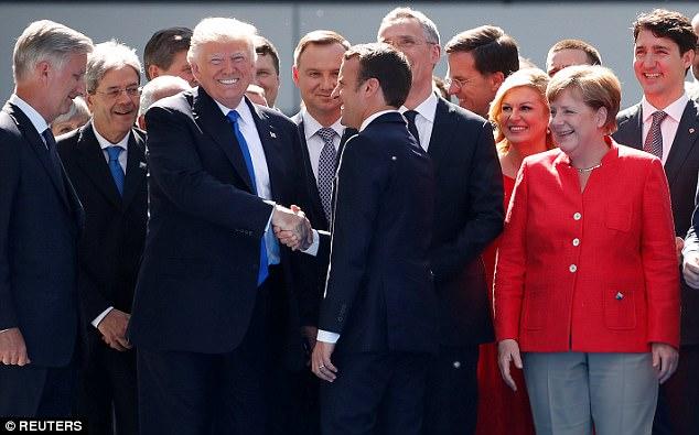 Qui est Emmanuel Macron ? - Page 15 40CA204200000578-4542666-image-a-31_1495741032706