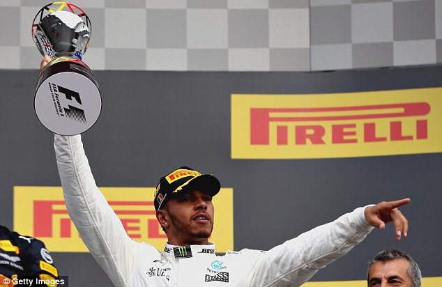Formula 1 - Pagina 14 439BED6000000578-4827510-Lewis_Hamilton_held_off_a_charge_from_Sebastian_Vettel_to_win_th-a-90_1503841868274