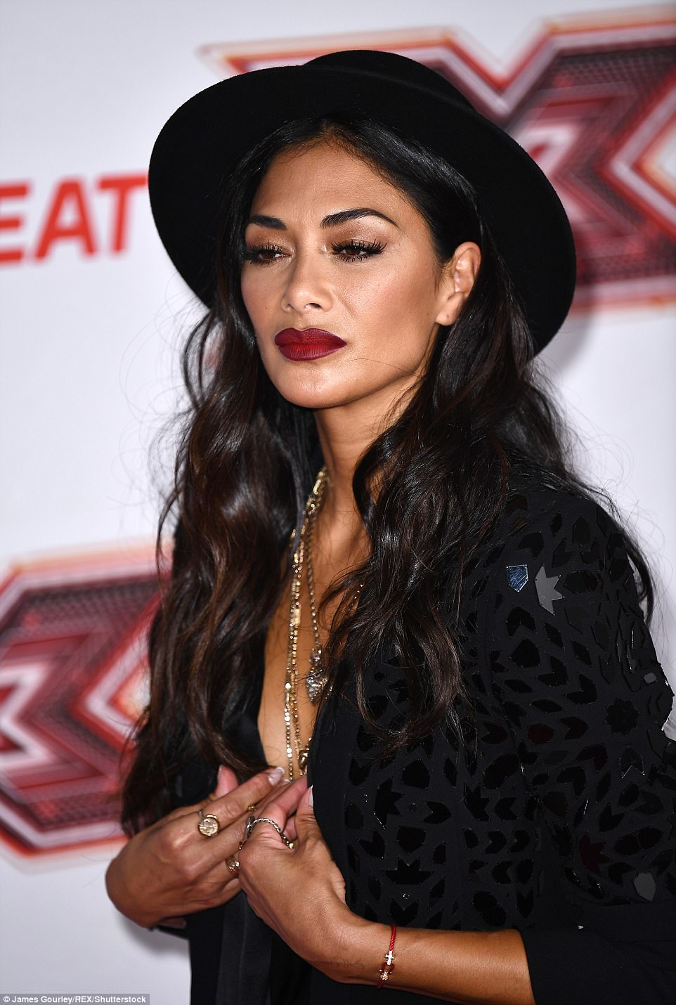 Nicole Scherzinger - Página 8 43B65C3100000578-4836854-Hats_off_The_singer_added_a_dramatic_flair_to_her_look_thanks_to-a-415_1504107901497